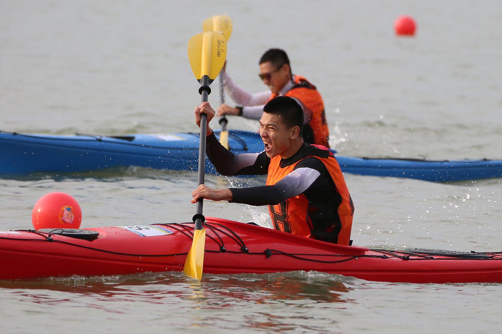 """中国探险协会会员马成龙黄河边上演""""桨板救人"""",视频刷屏"""